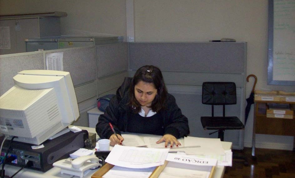 revisor de texto corrigindo provas impressas